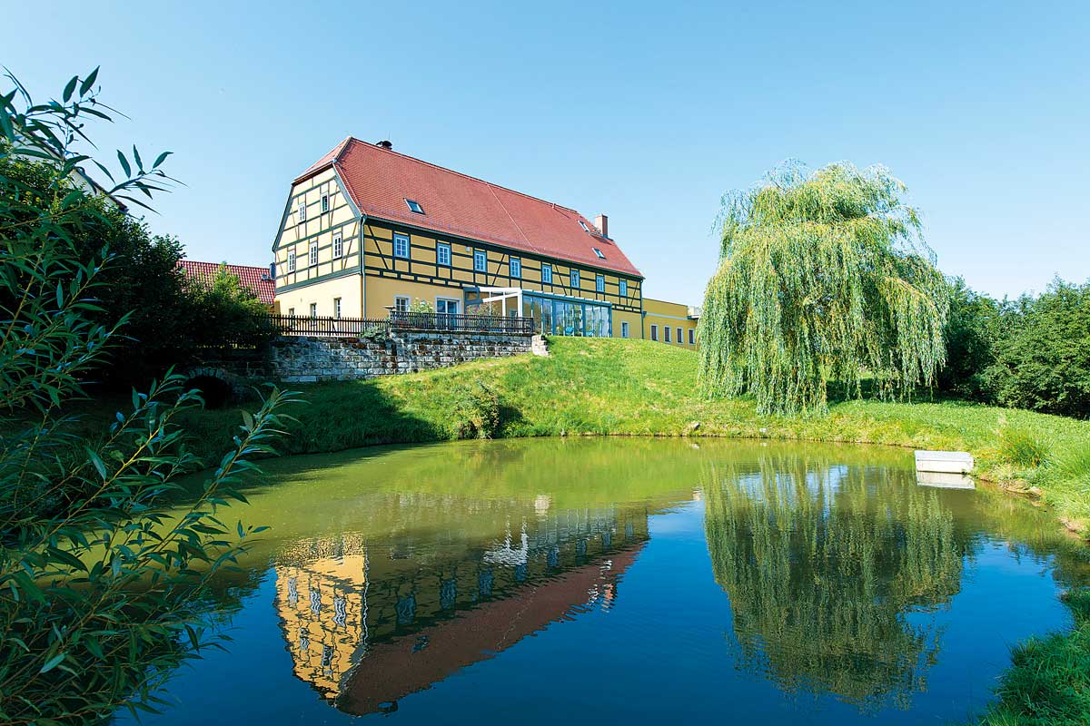 Alter Gutshof Papstdorf mit Teich