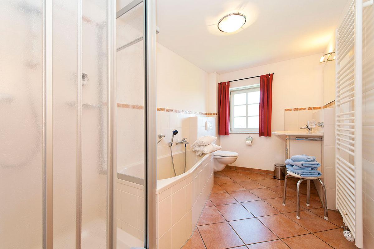 Gutshaussuite - Badezimmer mit Dusche und Badewanne