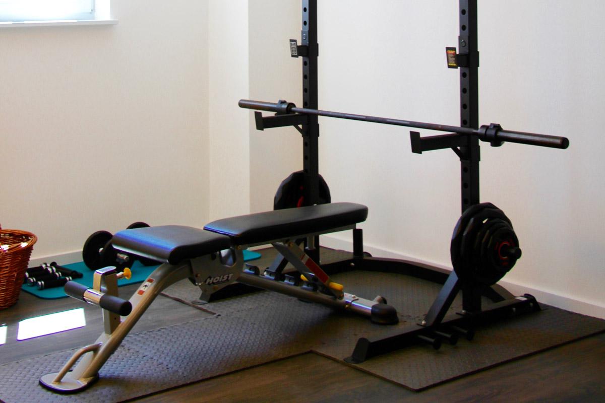 Fitnessraum mit Langhantelstation