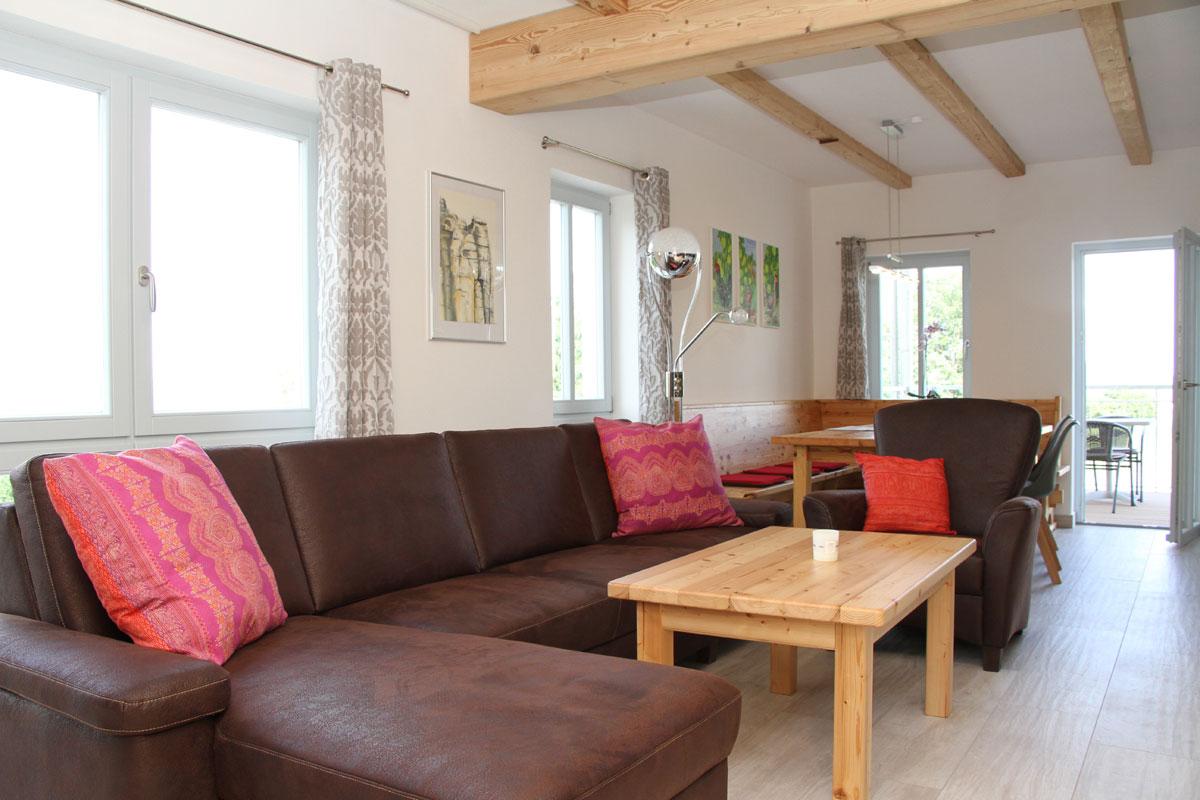 Wohnbereich mit Essecke und Sofa