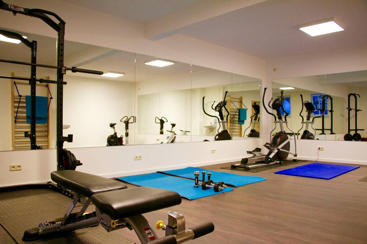 Fitnessraum mit Multifunktionsgeräten