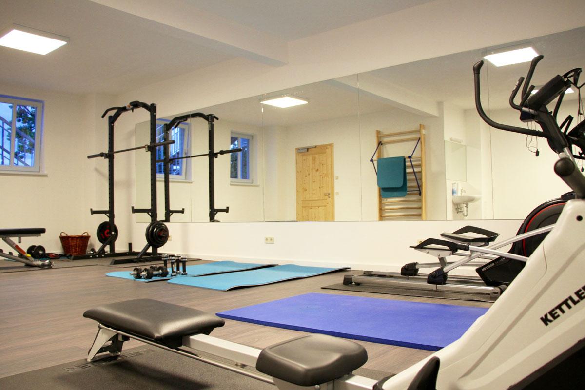 Fitnessraum mit Sprossenwand